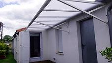 Auvent en aluminium et toiture polycarbonate