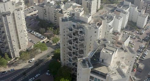 פגיעת טיל בבניין - צילום בהתרחקות