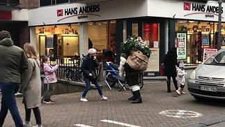 Arvid greeting children