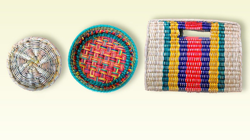 master on weaving natural fibers: coaster, basket and purse.