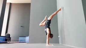 Bow & Arrow Handstands with Fizzy