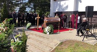 Anikó temetésének közvetítése