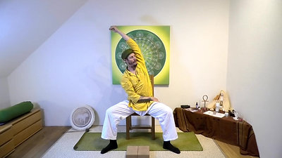 Yoga am Sessel   Leichte Schultern