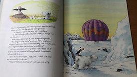 """Juf Inge leest voor """" Kleine Ijsbeer help me vliegen"""" geschreven door Hans de Beer"""