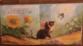 """Casper leest voor """" Kleine muis ontdekt de wereld""""  geschreven door Gillian Lobel en Daniel Howarth"""