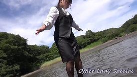 休日に会社制服で水遊び