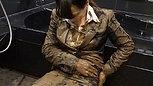 リクルートスーツ姿で泥んこ研究