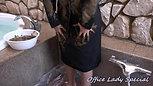 リクルートスーツで泥んこ遊び5