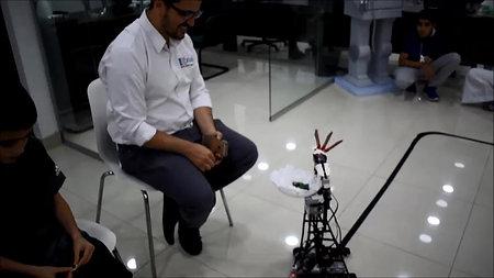 الروبوت العملاق يضيف الشيكولاتة لمدير مبيعات - آت لاب