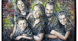 Portrait de famille gravé et peint sur bois