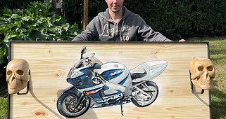 Suzuki Gsxr gravée et peinte sur bois