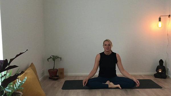 Blid yoga med fokus på at give slip