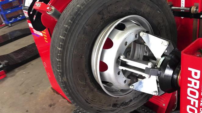 大型タイヤを2分で組み込む。最新設備オートチェンジャー。