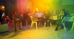 Même assis après la danse on fait tourner les serviettes