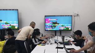 ครูยอดและทีมงานคอยดูแลเด็กๆให้ Coding เมื่อมีปัญหา