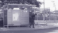 התלבטות בתחנת האוטובוס