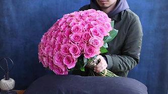 100本のバラの花束(ピンク)制作風景