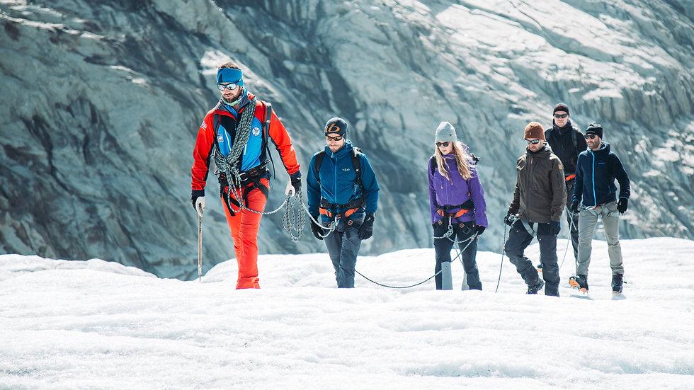 Vier enthousiaste buitensporters zoeken de hoogte op