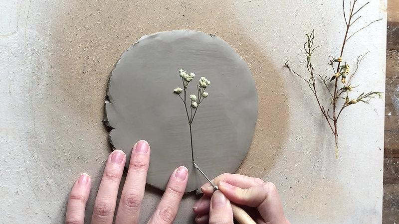 Cómo estampar flores en la arcilla