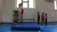 kindergarten - wagnis - springen - rollen/matte - springen fenstersims