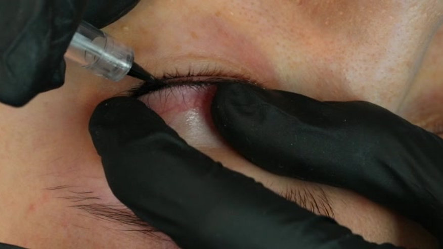 Performing the most beautiful & natural Classic Eyeliner