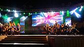 יב על הבמה