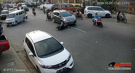 Detik-detik tabrakan Motor VS Motor terekamcctv @samarinda - www.metrocctvsamari.com