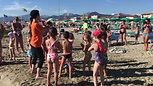 I bambini del Bagno Milano durante i giochi in riva al mare