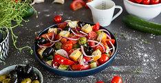 Feta-Sticks auf Griechischem Salat