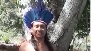"Indio Guarani-Kaiowá apresentando o ""pau de chuva"" - Resplendor - MG"