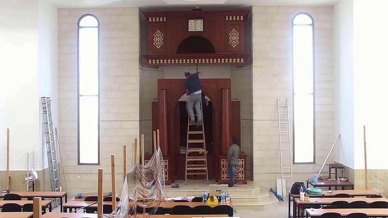 הרכבת ארון הקודש החדש שעיצבתי בהיכל בית הכנסת של ישיבת הר ברכה