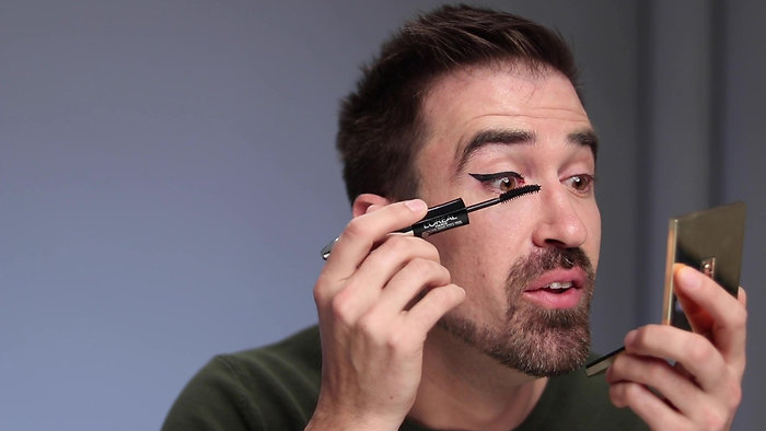 With These Eyeliner Skills Anyone Can do the Cat Eye Flick