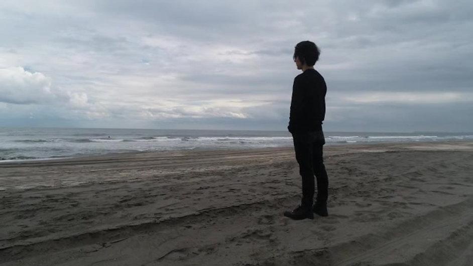 砂浜に立つ男