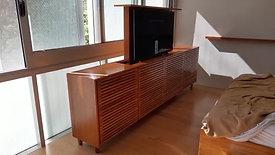 Rack com sistema para ocultar TV