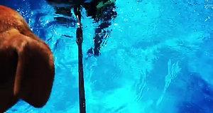Ralf simtränar i poolen