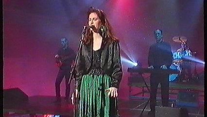 Helen singing No Turning Back on  CWLWM (S4C)