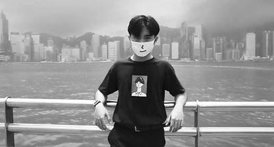 #一生懸命 Vol.16 | HeungShing 香城  創作就是一場革命,有改變現狀的能力。  好的創作具有生命力,能去開啟不同的門,接觸不同層面的觀眾。 創作人允行創立了《香城》這個品牌,從生活中提煉出香港人很有共嗚的作品。 短短一年多的時間,已經擁有不少支持者,作品也常在網絡熱門傳閱。  市集資料: 【 White Market X HeungShing 香城】  日期 : 2019年8月31 - 9月1日  時間 : 13:00 - 20:00  地點 : 荔枝角D2 Place On