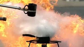 Isso é o que acontece quando você joga água em uma frigideira com óleo quente