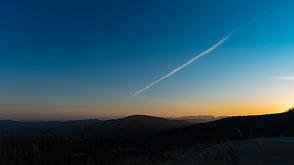 栗駒山上空を通過する飛行機雲  A contrail passing the hillside of Mt. Kurikoma