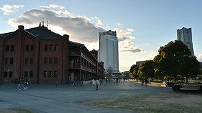 週末の赤煉瓦倉庫の人の往来 On the weekend afternoon, people comes and goes beside the Yokohama red brick warehouse.