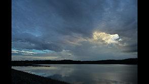雷雲から覗く光   Light peeking from thundercloud.