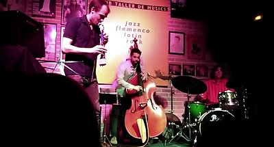 Ramón Díaz Group en viu al Jazzsí Club. Una mostra de l'instrument fabricat pel saxofonista del grup, Jeppe Rasmussen, l'OMHs.