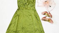 Zöld koktélruha kiegészítőkkel