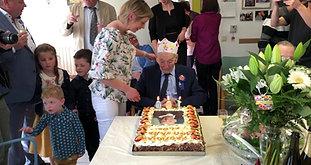 """100-jarige Flor kreeg op zijn vijfde van dokter te horen dat hij maar kort ging leven: """"Ik heb toch maar mooi het tegendeel bewezen"""""""