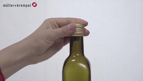 Bouchage manuel des capsules à vis en aluminium avec goulot verseur et anneau de sécurité