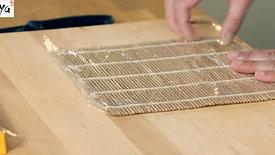 Die Bambusmatte in Plastik wickeln
