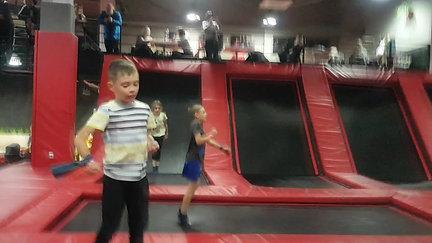 Rodzinne wyjście na trampoliny