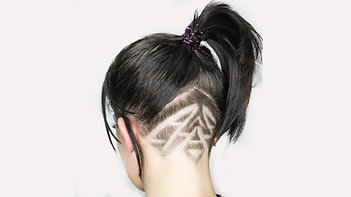 Женская стрижка с удлинением на лицо и рисунком бритвой  лаврентьев