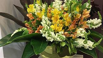 Arranjo de flores naturais em nossa champanheira dourada