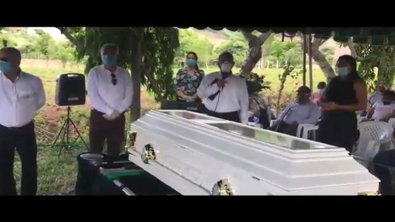 Servicio de inhumación de Gladis Paz de Ortega